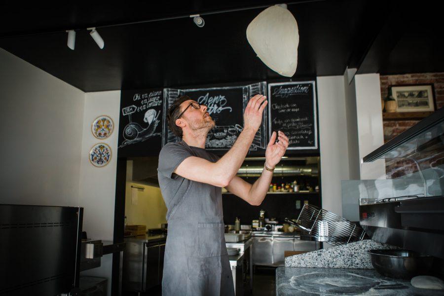 Senz'Altro | Afhaalrestaurant | Pizza & pasta | Pizzadeeg in de lucht